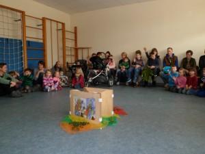 Kinder und Eltern üben ein Lied für Palmsonntag
