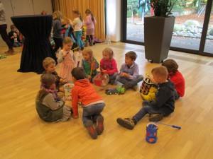 die Kinder warten gespannt im Vorraum auf ihre Aufführung